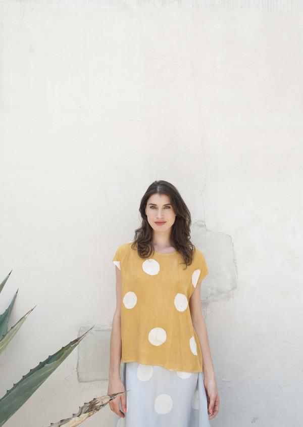 Della Mustard Dot Top