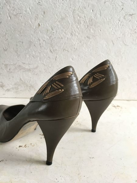 The Shudio Vintage Olive Leather Pumps (Sz 10B)