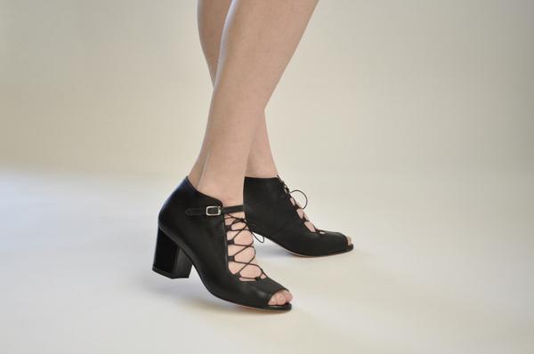 "The Palatines ""signum"" block heel ghillie sandal | black"