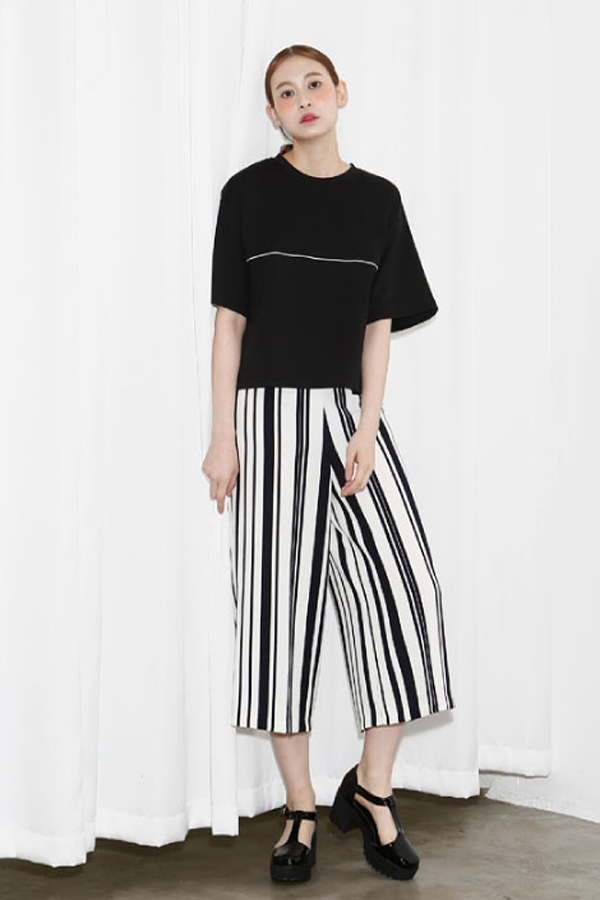 AMONG by ROCKET X LUNCH Oversized Slit Crop Tee- Black