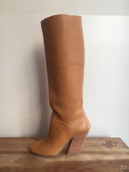 A Détacher Stone in Honey Leather