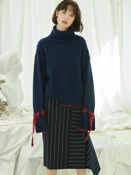 CLUE DE CLARE Belted Sleeve Turtleneck Sweater - Navy