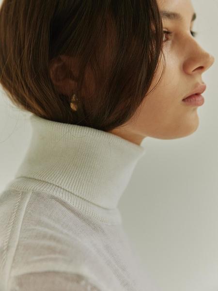 HIER Essnetial Wool Turtleneck - White