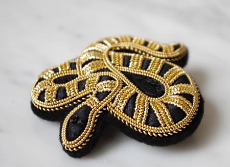 ELEN DANIELLE SERPENT STRIPE BROOCH - BLACK/GOLD