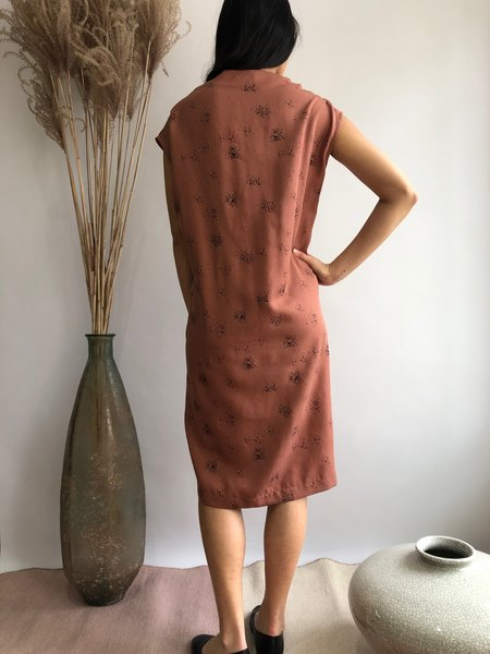 COKLUCH GODSEFFIANA DRESS - RED CEDAR SPRAY