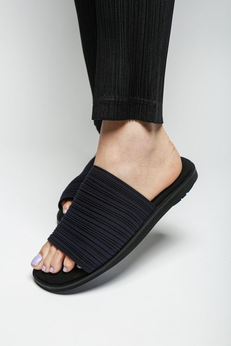 Issey Miyake Pleated Slide Sandals - Navy/Black