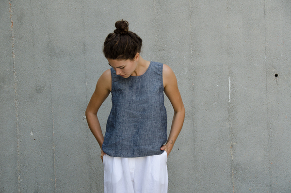 Ali Golden LINEN CUT-OUT TOP