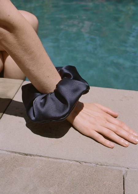Sophie Buhai Elegant scrunchie - silk black