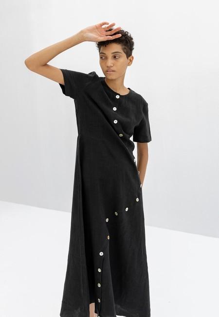 CORRELL CORRELL WAVE BUTTON DRESS - BLACK