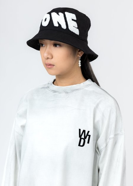 we11done Embroidered Patch Logo Bucket Hat - Black