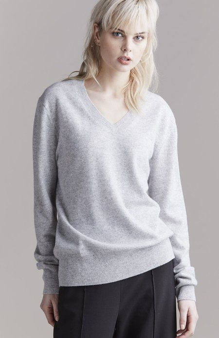Laing Home The Essential Cashmere V-Neck top - Silver Marle