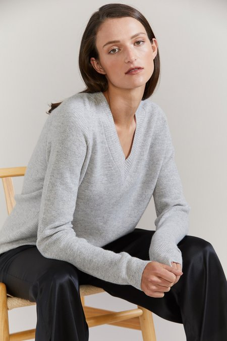 Laing Home Graydon Ribbed Cashmere V-Neck sweater - Silver Marle