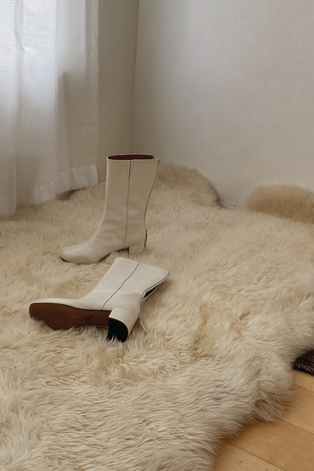 About Arianne Leonor Boots - Chalk