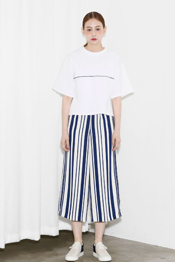 AMONG by ROCKET X LUNCH Oversized Slit Crop Tee- White