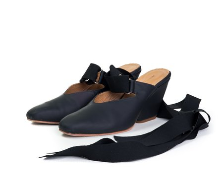 the palatines shoes isti ribbon mule w sculpted heel -  black super matte leather