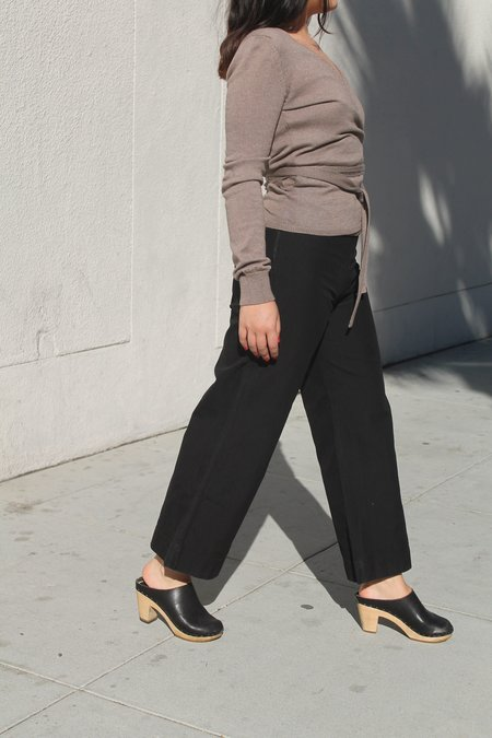 ali golden twill pant in black